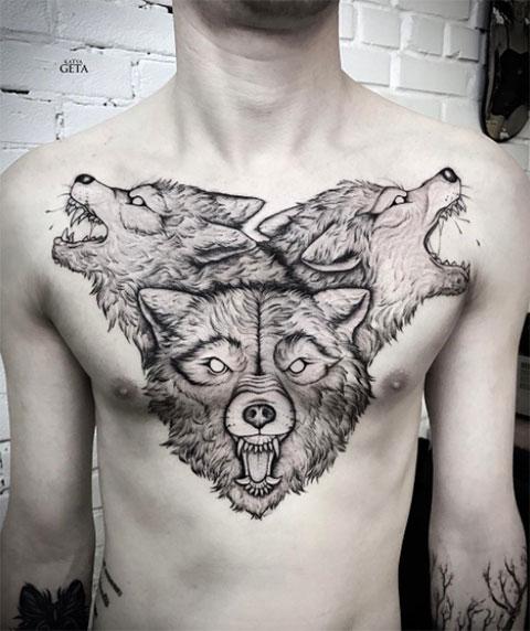 Тату с воющими волками на груди