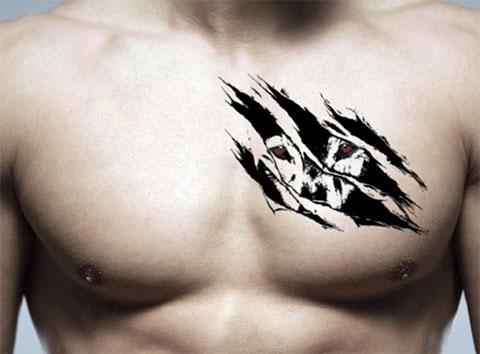 Необычная татуировка с волком на груди