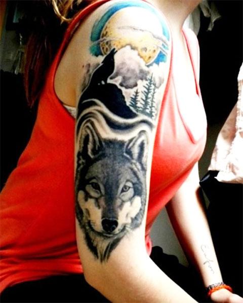 Сюжетная тату с волком на плече у девушки