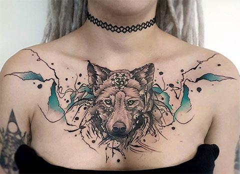 Тату волка на груди девушки