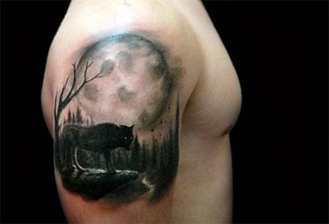 Мужская сюжетная татуировка с волком на плече