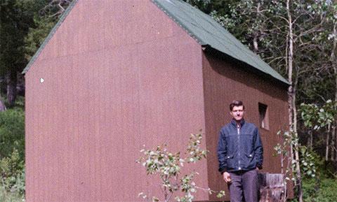 Теодор Казински возле своей хижины