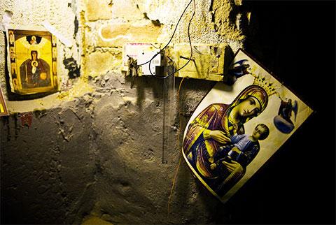 Иконы на стене коридора тюрьмы Ортачала