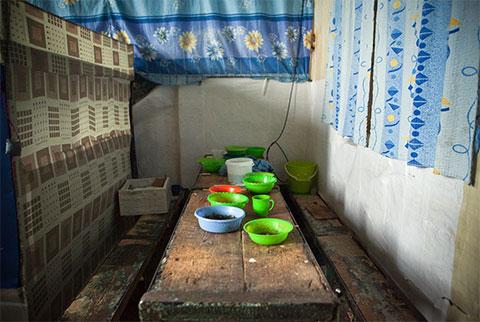Нетронутая еда в мисках показывает, как спешно увозили отсюда заключенных при новом правительстве