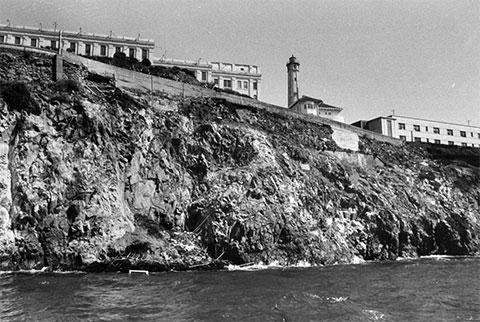 Скалистые берега Алькатраса