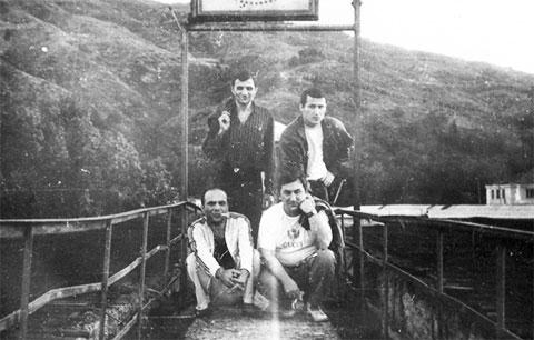 Ортачальская тюрьма, 1990 год. Воры в законе. Вверху слева: Бадри Дгебуадзе (Босяк Зугдидский), Тимур Сичинава (Тенго Сенакский), внизу: Мирон Горгидзе (Мирикия Кутаисский) и Датико Цихелашвили (Дато Ташкентский)