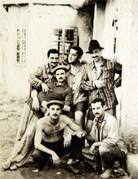 Ортачальская тюрьма, 1947 год. Вверху слева воры в законе: 1) Абесалом Манджгаладзе (Бесо Кочла), 2) Гурам Мачавариани, 3) Годердзи Кантеладзе (Качала), 4) Ило Девдариани (Лимон); внизу: 2) Ное Дзидзигури (Боря Грузин)