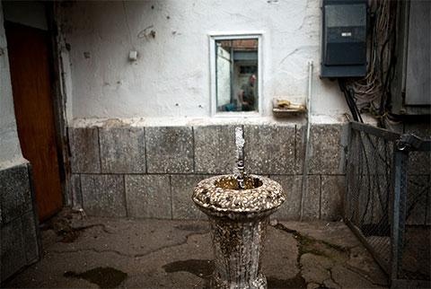 Питьевой фонтанчик при входе в Орточальскую тюрьму