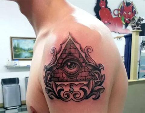 Тату всевидящее око на плече