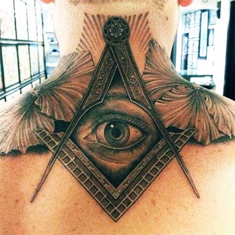 Тату всевидящее око на шее