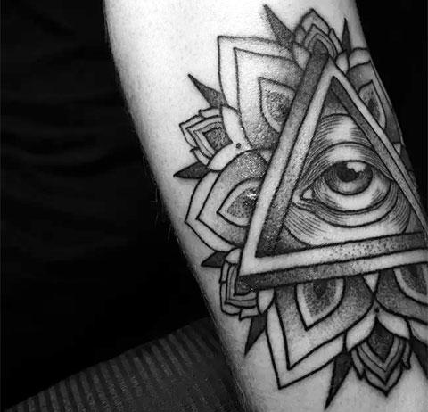 Тату всевидящее око в треугольнике