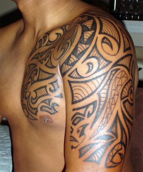 Тату кельтские узоры на плече и груди у мужчины