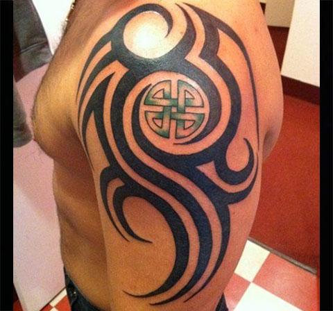 Кельтские узоры на плече - фото татуировки