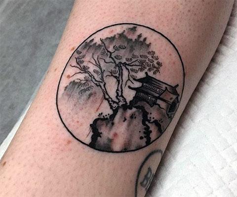 Китайская татуировка у девушки