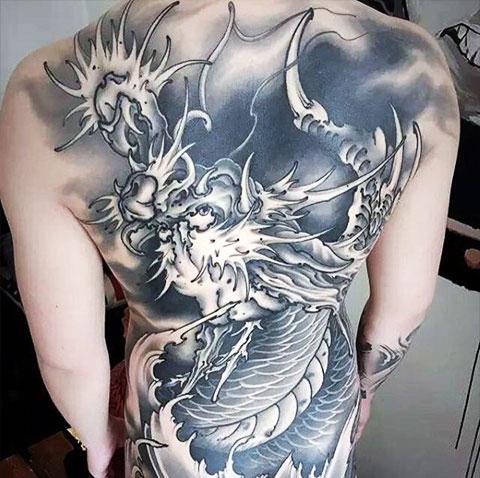 Татуировка китайский дракон на спине