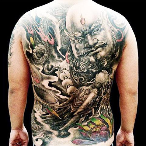 Китайская тату на спине