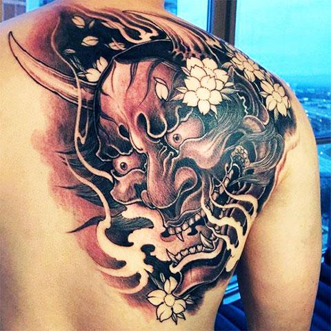 Китайская татуировка на спине с драконом