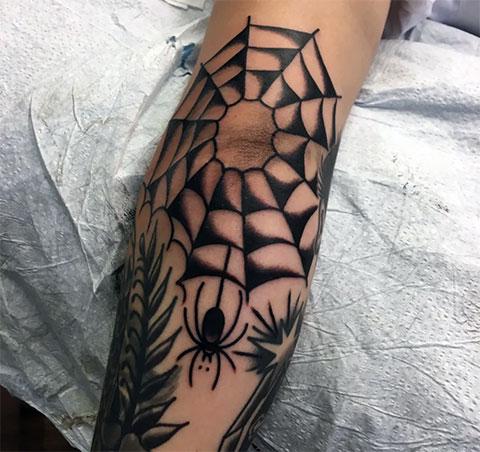 Фото татуировки паук и паутина на локте