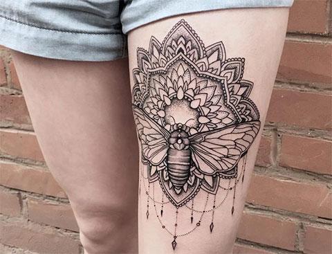 Необычная татуировка лотоса на ноге у девушки