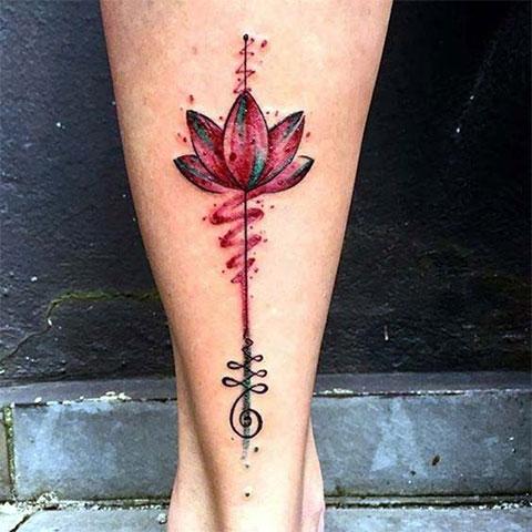 Цветная татуировка лотоса на ноге у девушки