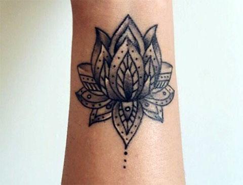 Татуировка лотоса на запястье