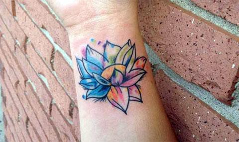 Цветная татуировка для женщин на запястье