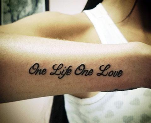 """Тату надпись - """"одна жизнь одна любовь"""" на английском языке"""