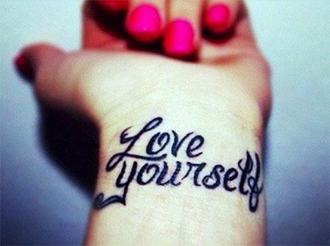 """Тату надписи про любовь - """"Люби себя"""""""