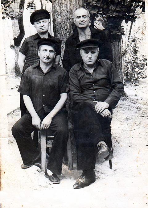 Слева вверху воры в законе: Вверху: Нодар Григолая (Спило), Омар Мумладзе (Цалпеха); внизу: Вахтанг Гонгадзе (Басмач), Арсен Чхаидзе (Арсен Батумский)