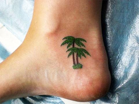 Цветная тату с пальмами на ноге