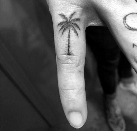 Тату пальма на пальце
