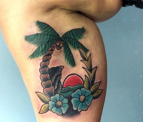 Женская татуировка с пальмой на ноге
