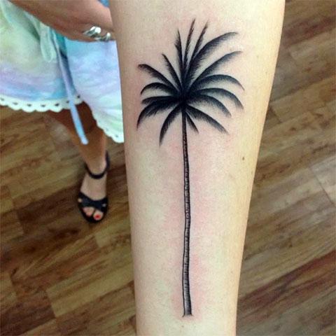 Тату пальма на руке у девушки