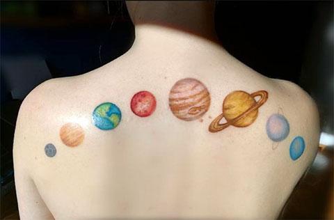 Тату парад планет на спине у девушки - фото