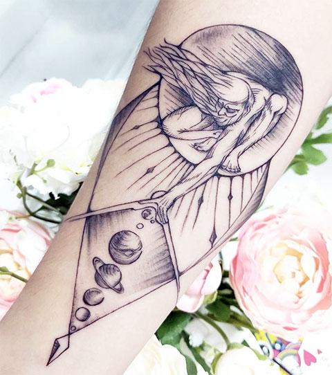 Необычная татуировка с планетами
