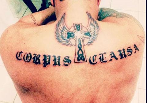 Мужская тату с надписью на спине