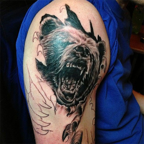 Тату оскал медведя на плече у мужчины