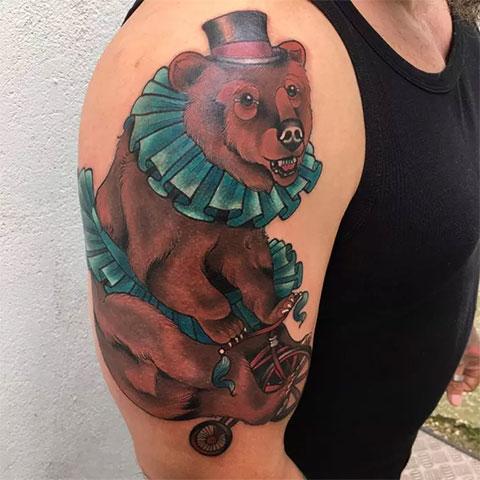 Тату цирковой медведь на плече