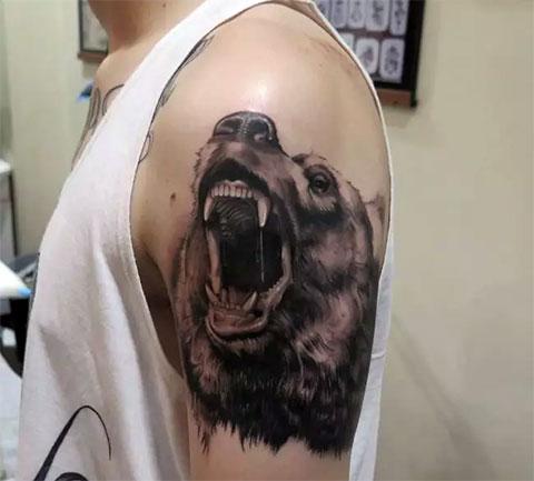 Тату оскал медведя на предплечье