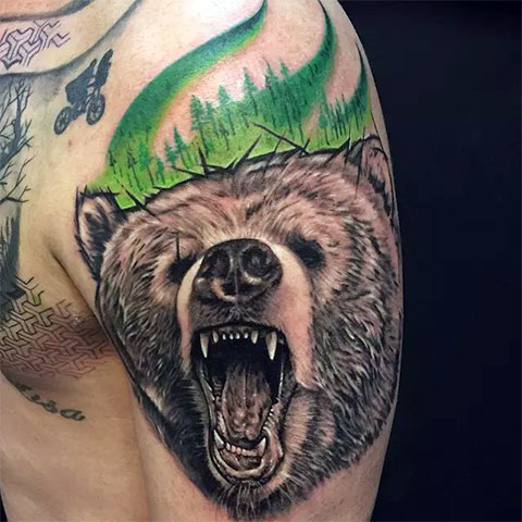 Цветная тату оскал медведя у мужчины