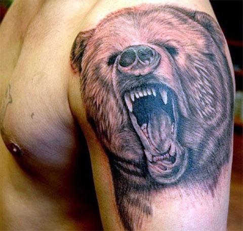Тату оскал медведя на плече у мужчины - фото