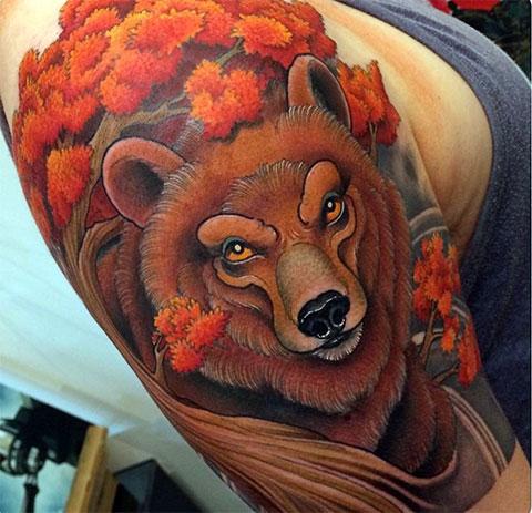 Тату медведь и цветы у мужчины в цветном исполнении