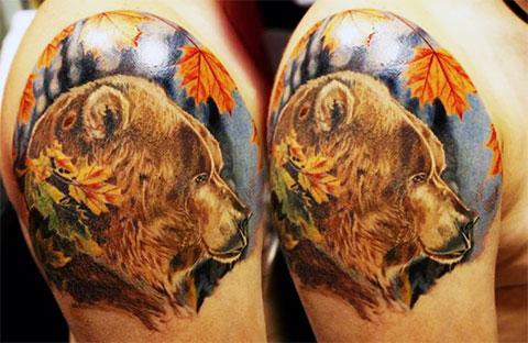 Мужская тату медведь на плече