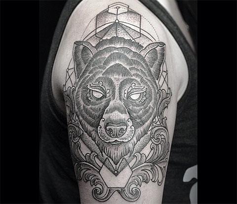 Тату голова медведя на плече в скандинавском стиле
