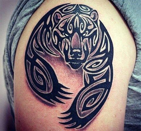 Татуировка с медведем у мужчины