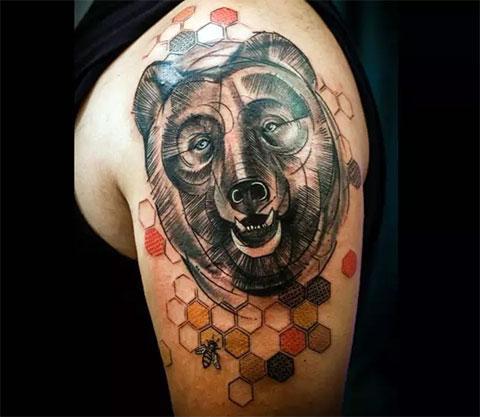 Тату голова медведя на плече - фото