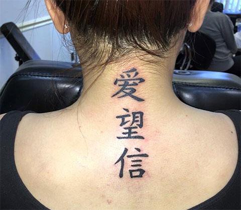 Тату иероглифы на шее у девушки