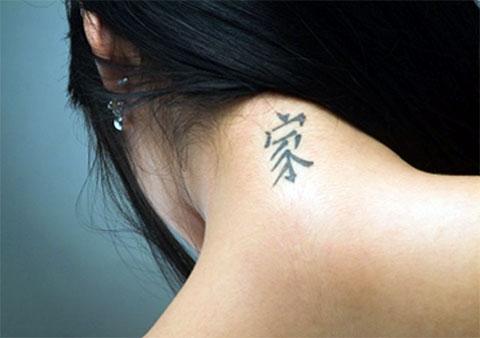 Тату иероглиф на шее для девушек