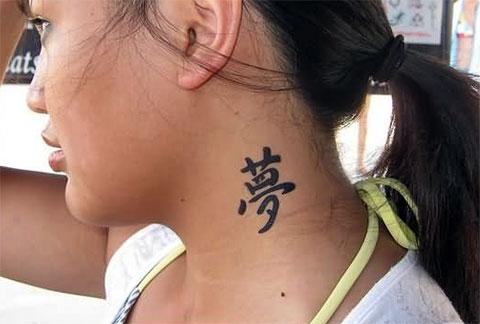 Тату иероглифы на шее для девушек