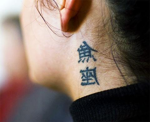 Тату иероглифы на шее для девушек - фото